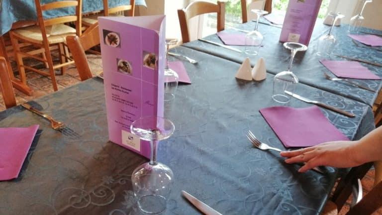 Une table au restaurant Les Petites Ecuries.